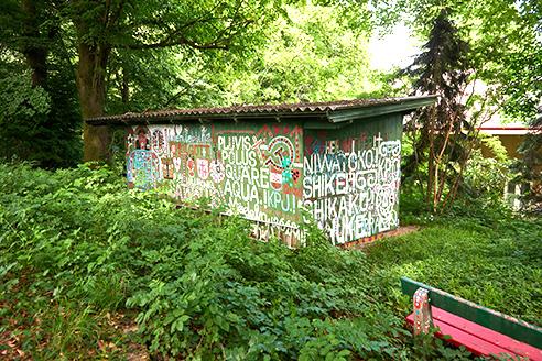 Graffiti von August Walla an einer Hüttel beim Haus der Künstler, Gugging © Markus Gradwohl © Foto: Markus Gradwohl