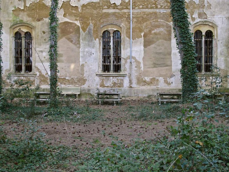 Gravierte Inschriften (1959-19611968-1973), Fassade des Ospedale psichiatrico in Volterra (Italien). © Pier Nello