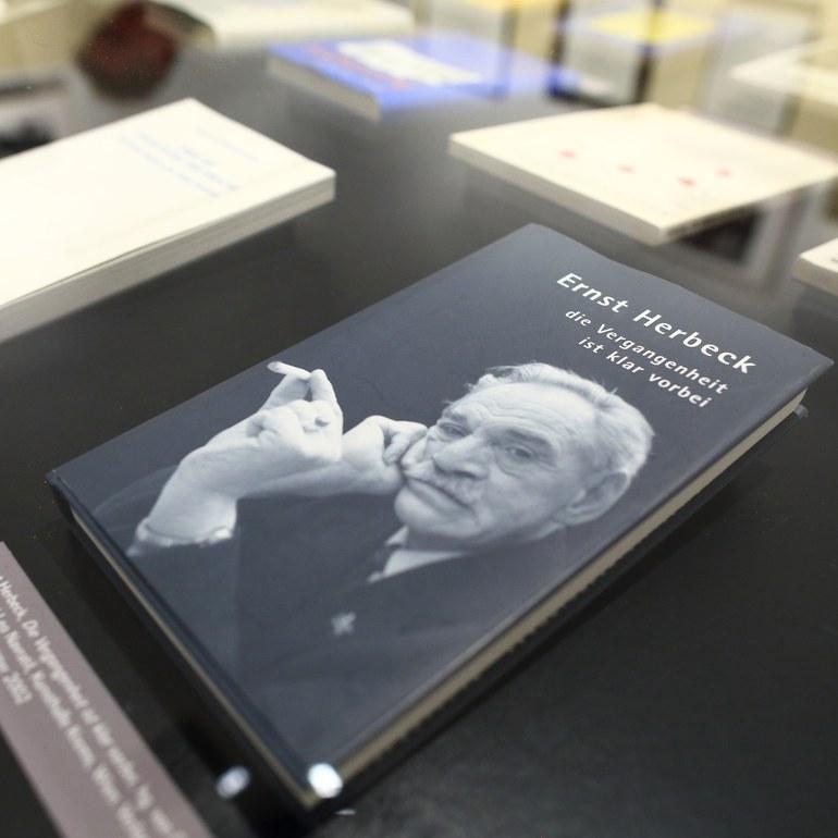 Buch Ernst Herbeck Die Vergangenheit ist klar vorbei © Foto: Ludwig Schedl, 2015 © Foto: Ludwig Schedl, 2015